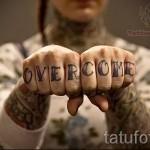 тату буквы на пальцах - фото готовой татуировки - 20122015 № 7