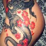 тату дракон с цветком 1
