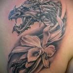 тату дракон с цветком 4
