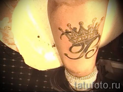 тату корона с буквой - фото готовой татуировки - 20122015 № 12