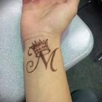 тату корона с буквой - фото готовой татуировки - 20122015 № 2