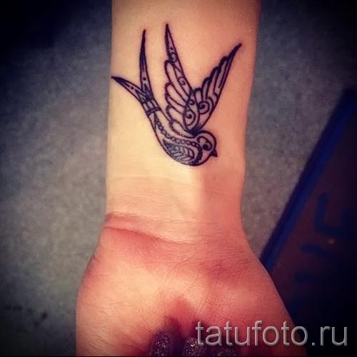 Значение татуировки ласточка на шее, запястье у девушки 25