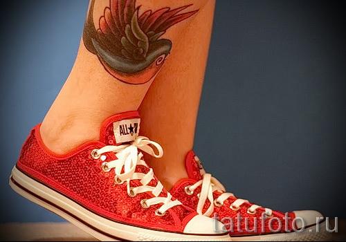 тату ласточки на ноге - фото пример 15