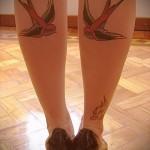 тату ласточки на ноге - фото пример 7