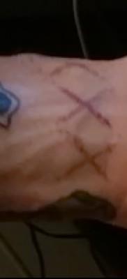 тату перевернутый крест – пример на фото от 08122015 № 23