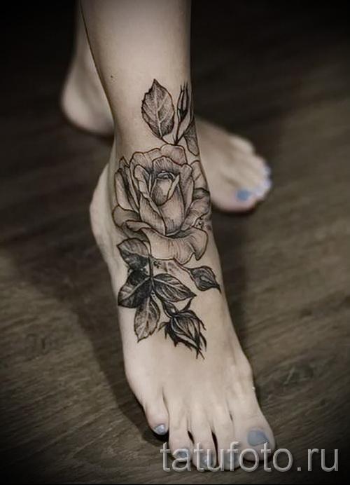 тату роза на щиколотке - пример на фото 2