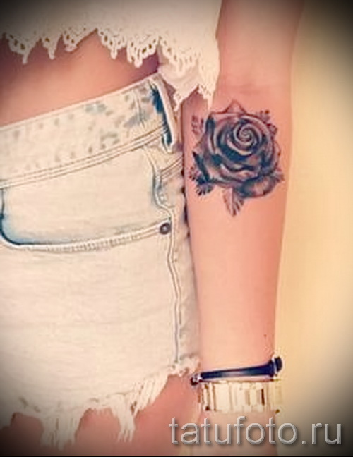 Татуировка на руке у девушки роза