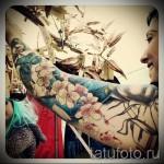 Татуировка с сакурой - суперсакая цветная татуировка у красивой чики- фото