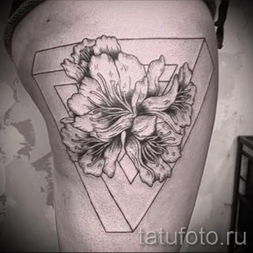 тату цветы в треугольнике 2