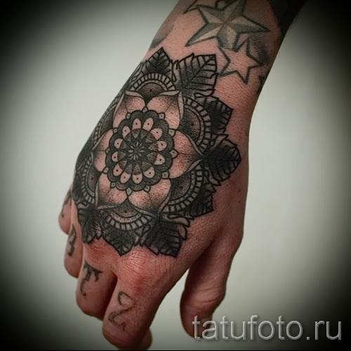 Черный цветок на кулаке - пример готового тату на фото
