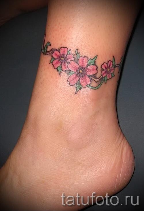 тату цветы на щиколотке - пример на фото 3