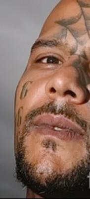 паутина в тату на лице мужчины – фото пример