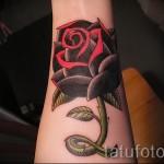 Красивая тату с красной розой на запястье - фото пример