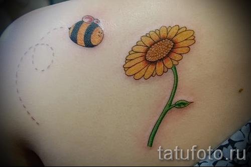 Пример тату пчелы на фото - пчелка летит по пунктиру к цветочку