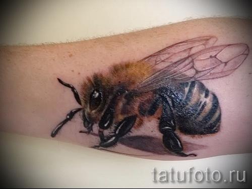 Пример тату пчелы на фото 11