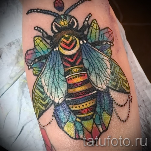 Пример тату пчелы на фото 50