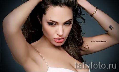Анджелина Джоли на фото с татуировками - пример