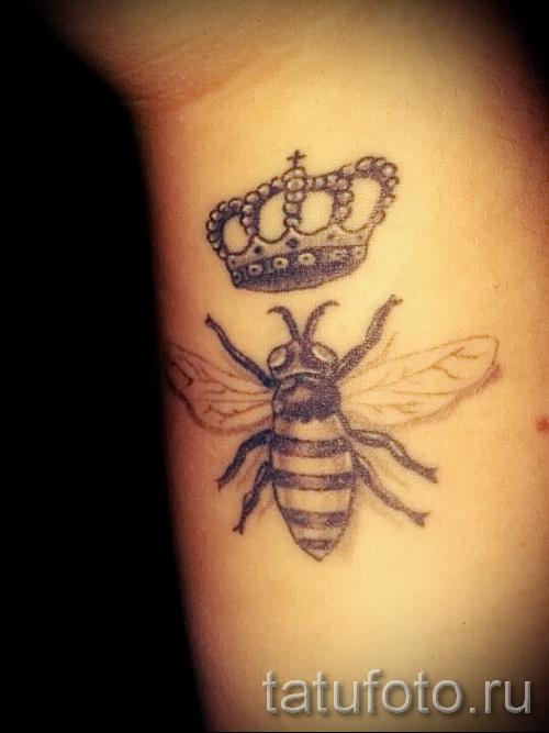 Фото тату пчела - вариант с короной на запястье