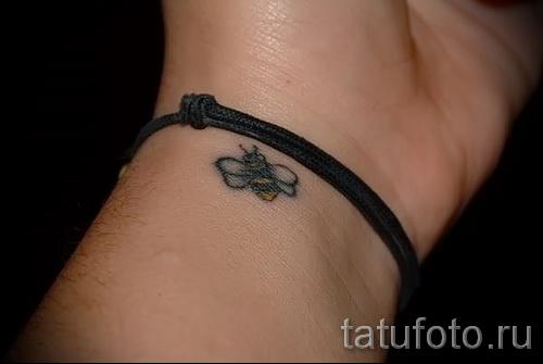 Фото тату пчела - очень маленькая татуировка на руке у девушки около браслета