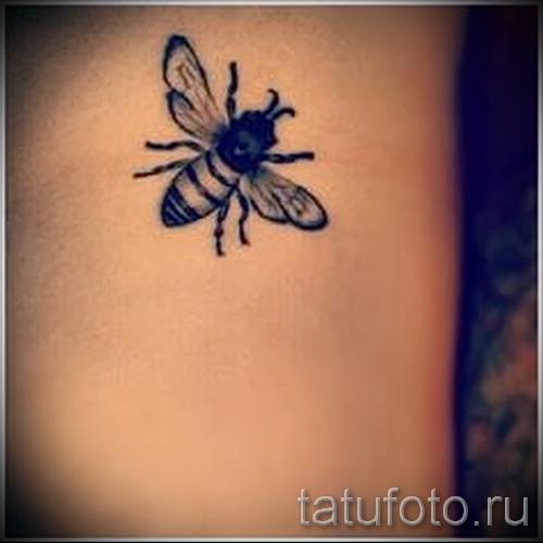 Фото тату пчела - пример с татуировкой среднего размера