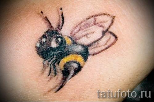 Фото тату пчела - пчелка с улыбкой и большим жалом
