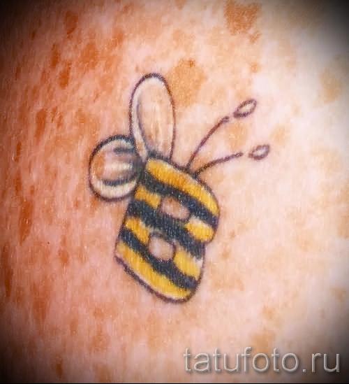 Фото тату пчела - тату стилизовано под букву В