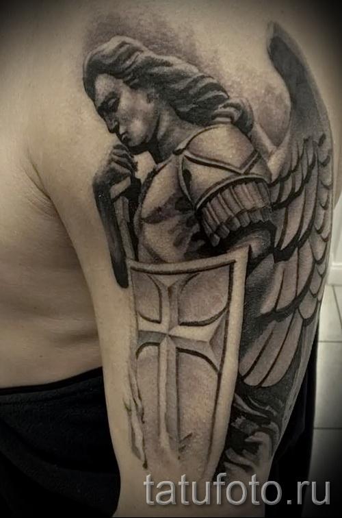 Фото тату щит и ангел на плече