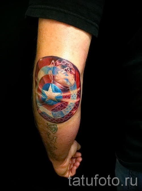 Фото тату щит капитана америка на локте