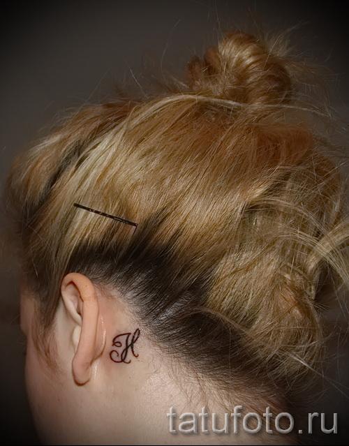 тату буква за ухом - фото готовой татуировки - 20122015 № 1