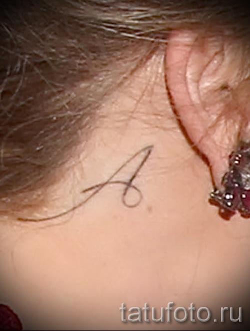 тату буква за ухом - фото готовой татуировки - 20122015 № 2