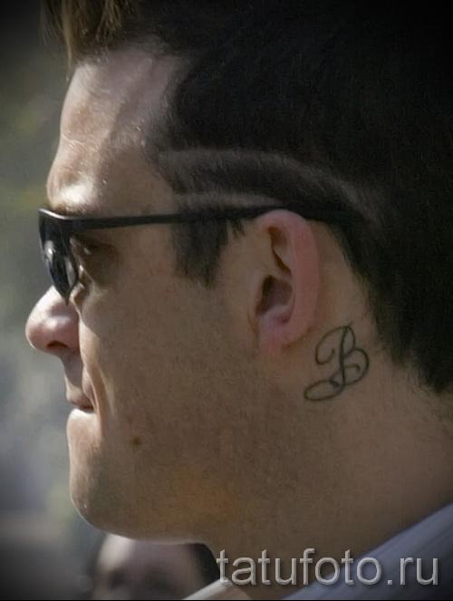 тату буква за ухом - фото готовой татуировки - 20122015 № 4