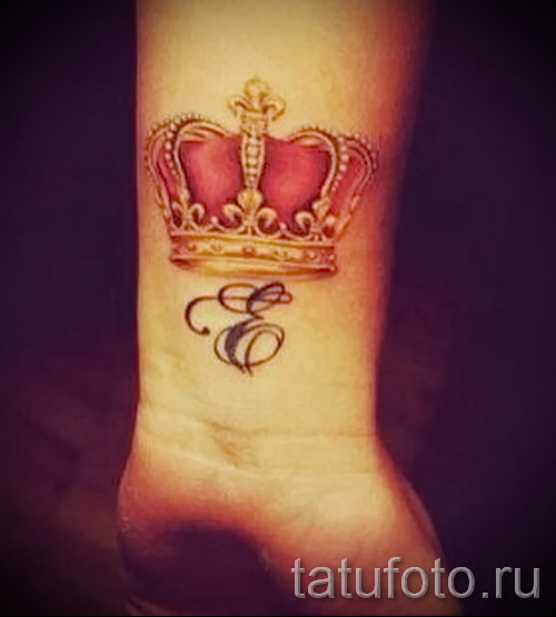 тату корона с буквой - фото готовой татуировки - 20122015 № 14