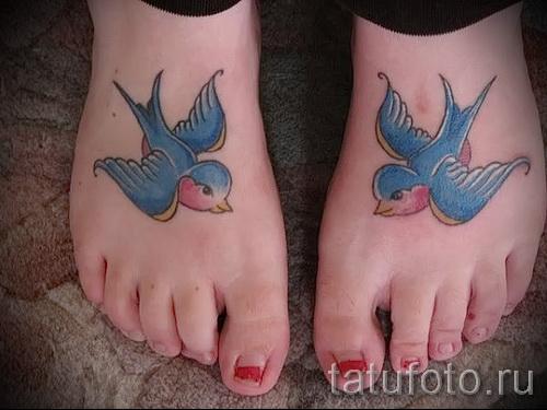 тату ласточки на ноге - фото пример 23