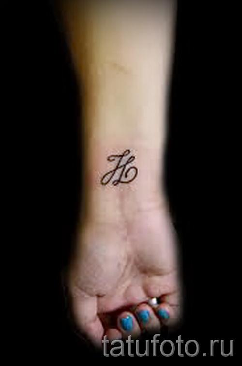 тату на кисть буквы - фото готовой татуировки - 20122015 № 5