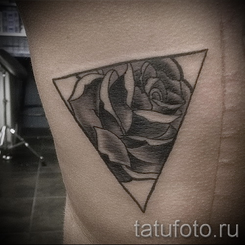 тату роза в треугольнике - фото вариант от 15122015 № 6