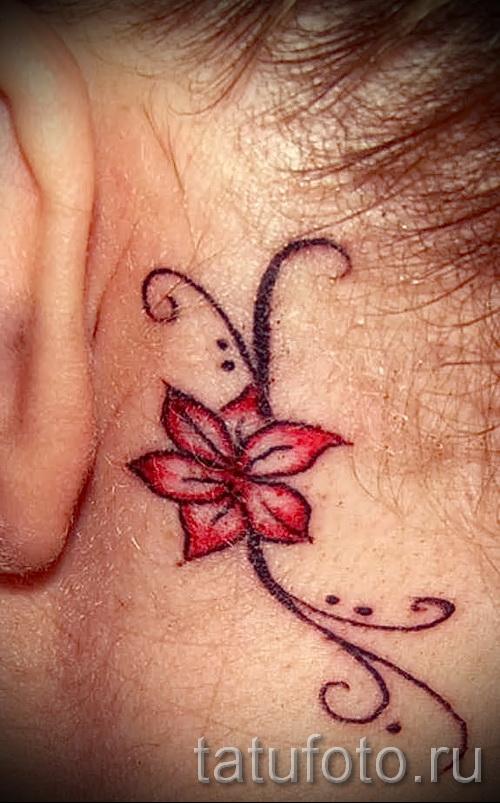 тату цветок за ухом 10