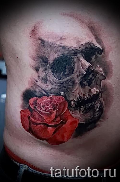 тату роза в зубах у черепа - фото