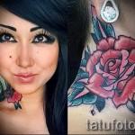 Rose Tattoo am Hals - eine Variante der Bildnummer 15122015 1
