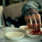 lettres de tatouage sur les doigts - une photo du tatouage fini - 20122015 Numéro 1