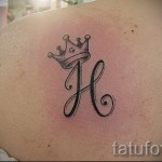 H в тату с короной на фото
