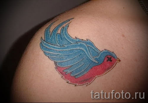 swallow tattoo on her collarbone - Photo example 2