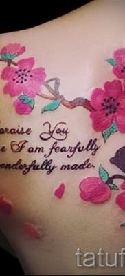 пример цветка вишни и надписи в фото татуировки