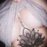 тату под грудиной у девушки - примеры татуировок на фотографии от 16012016 7