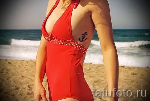 Anker Tattoo auf den Rippen - ein Foto mit einer Tätowierung auf dem Beispiel 03022016 1