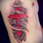 Cross Tattoo auf den Rippen - ein Foto mit einer Tätowierung auf dem Beispiel 03022016 1