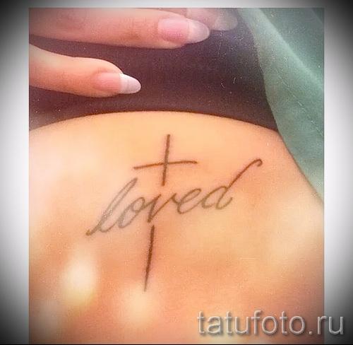 Cross Tattoo auf den Rippen - ein Foto mit einer Tätowierung auf dem Beispiel 03022016 2