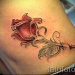 Rose Tattoo auf den Rippen - ein Foto mit einer Tätowierung auf dem Beispiel 03022016 2