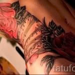 Rose Tattoo auf den Rippen - ein Foto mit einer Tätowierung auf dem Beispiel 03022016 3