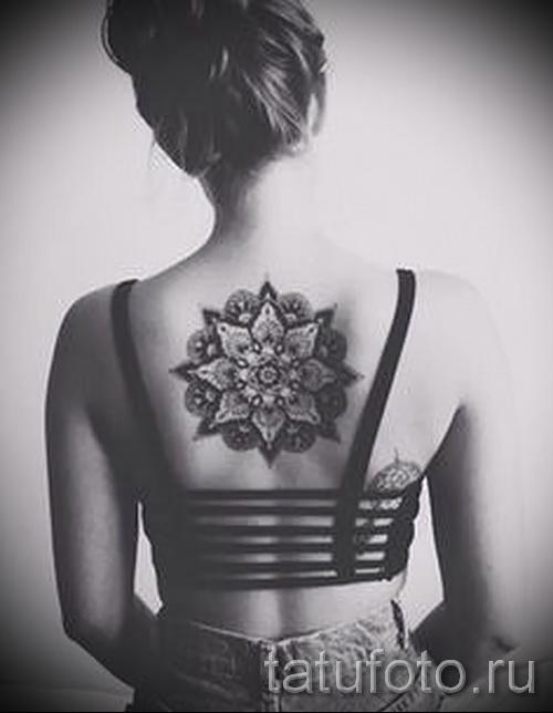 Tattoo-Muster auf der Rückseite der Frau - ein Foto Beispiel von 28022016 zu wählen 2