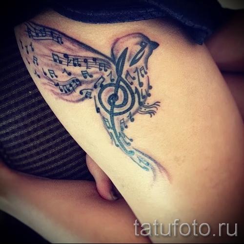Tattoo-Muster auf seiner Hüfte - ein Foto-Modell für die Auswahl von 28022016 3
